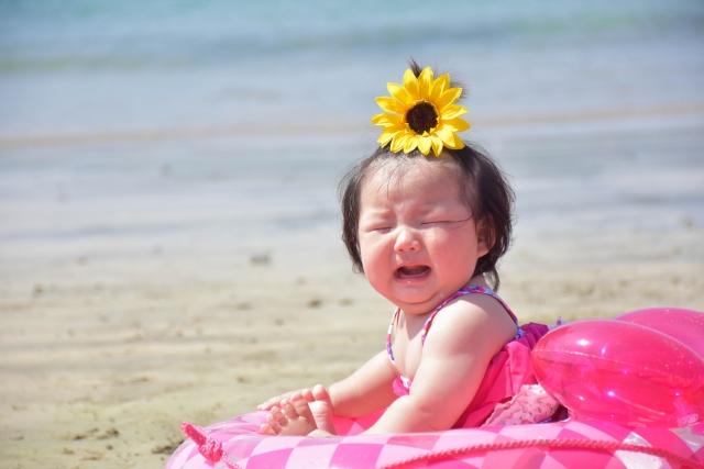 うきわ 泣いている赤ちゃん
