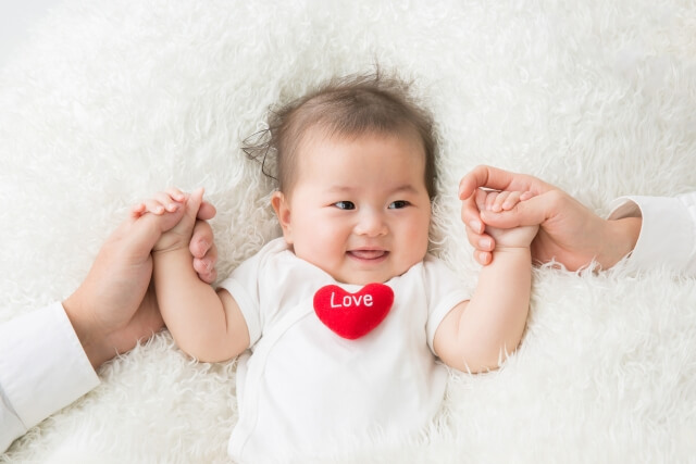 ママパパと手をつなぐ赤ちゃん